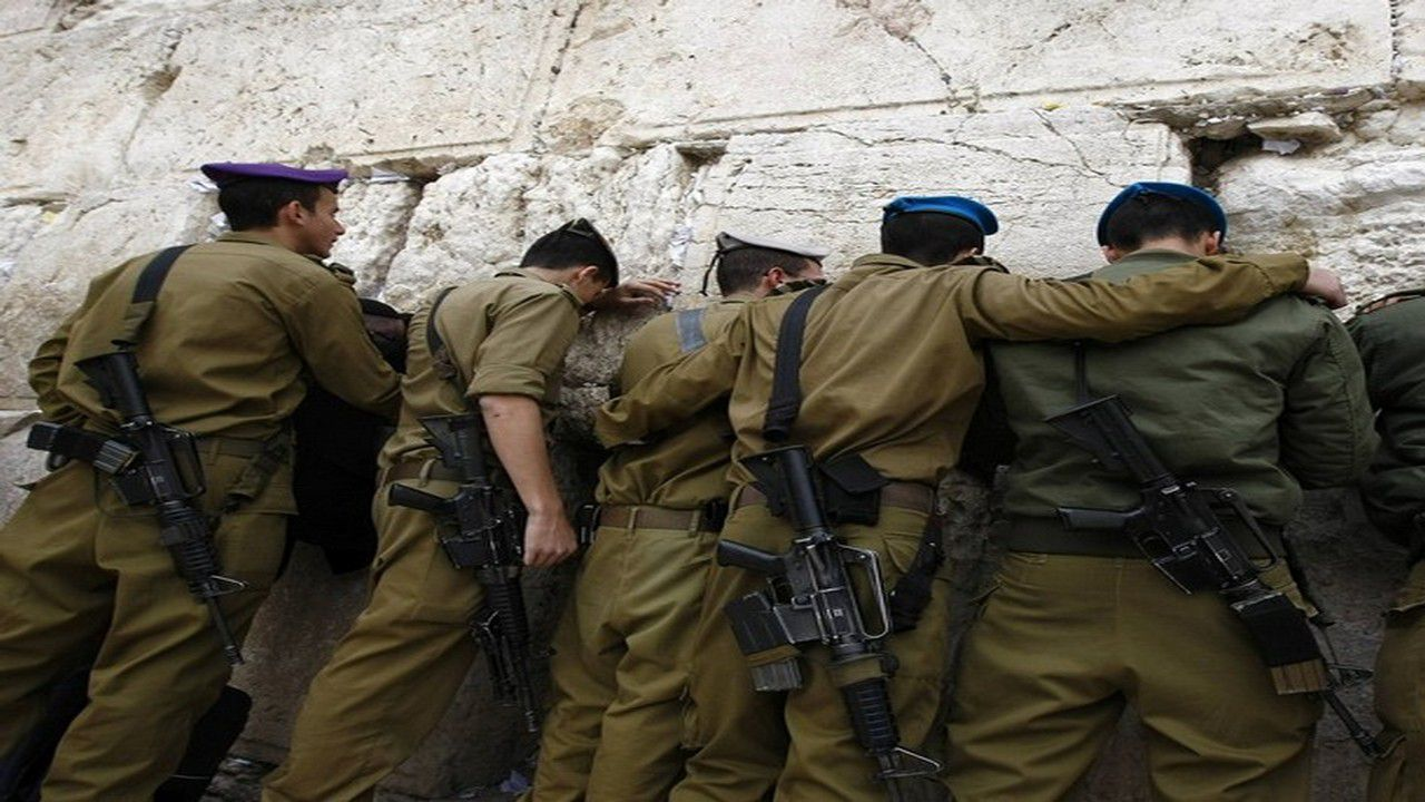 Israeli soldiers stand in front of Western Wall in Jerusalem's Old City